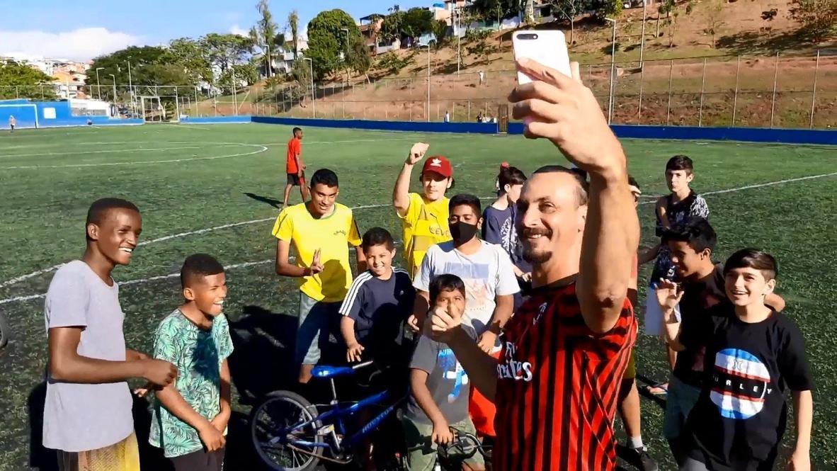 Un doble de Zlatan Ibrahimovic en Brasil pide al ídolo que se quede en el AC Milán