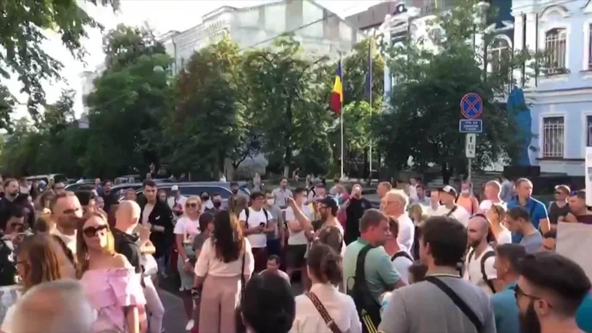 Украина: Желающие проголосовать на президентских выборах собрались в очереди у посольства Белоруссии в Киеве