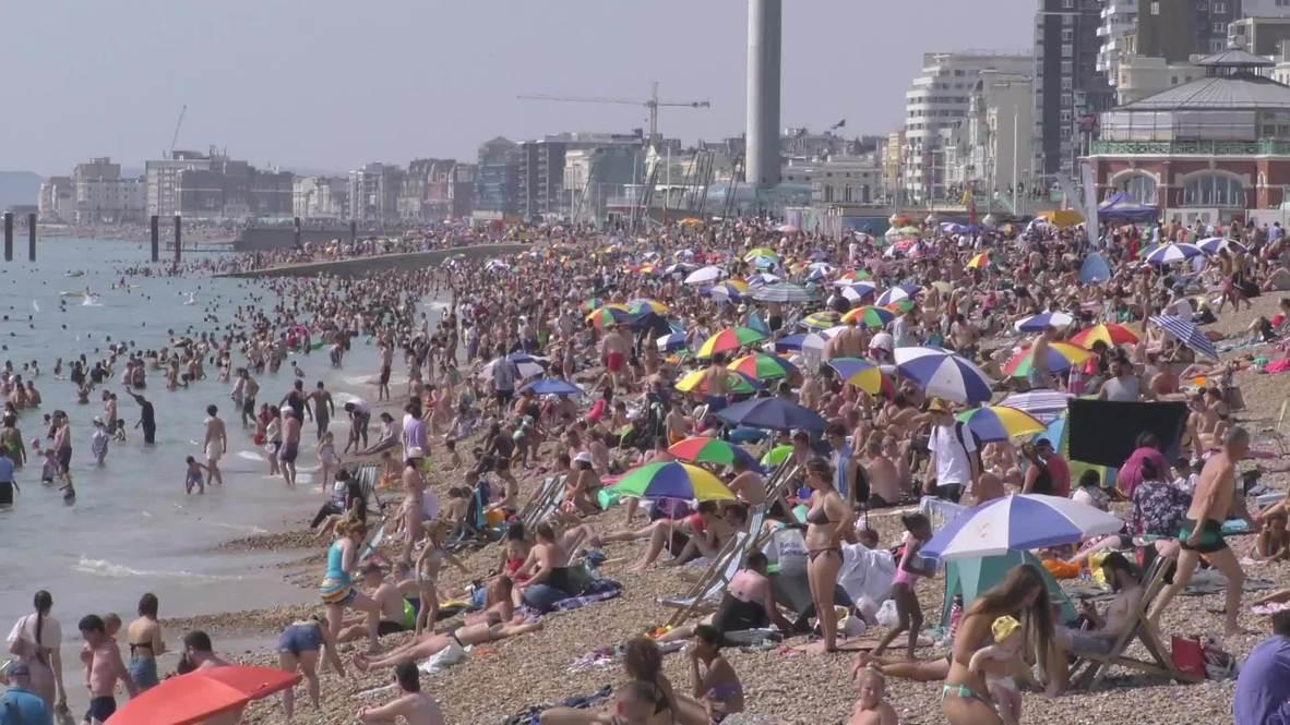 UK: Thousands pack Brighton beach despite pandemic as heatwave hits Britain