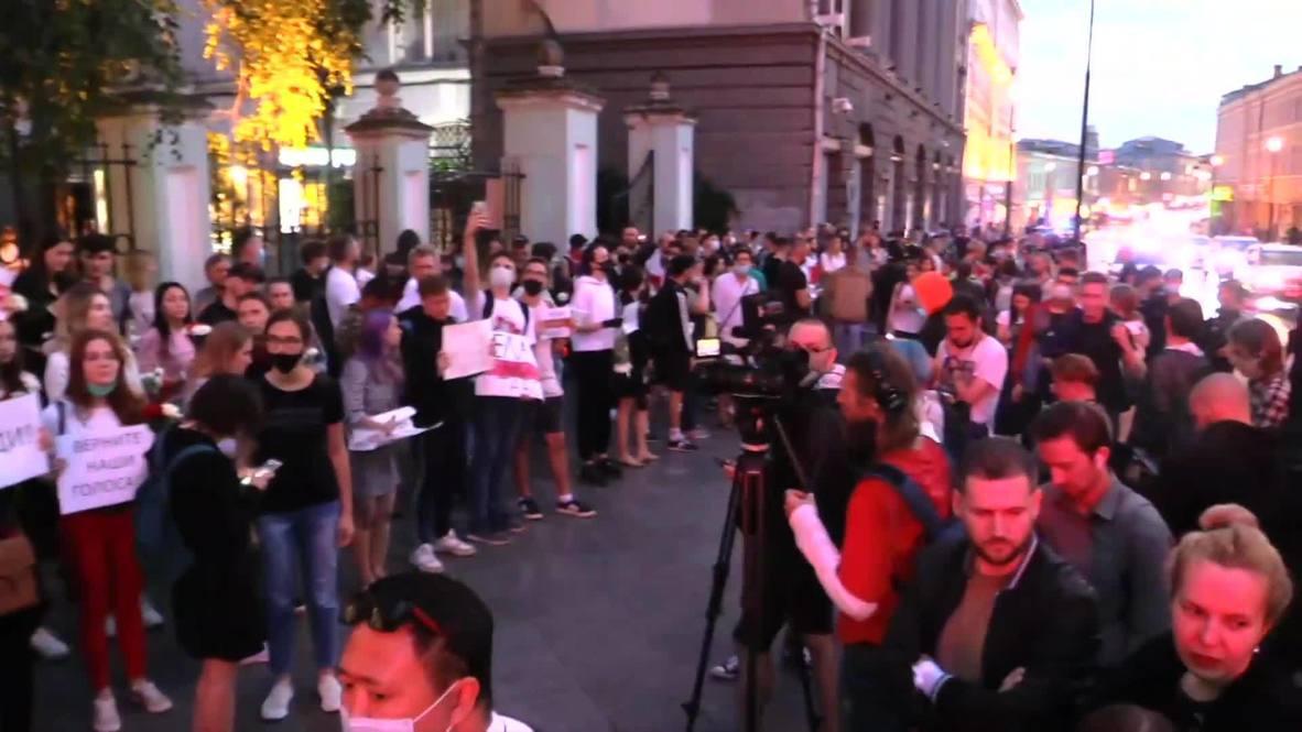 Россия: Десятки людей собрались у посольства Белоруссии в Москве на акцию солидарности
