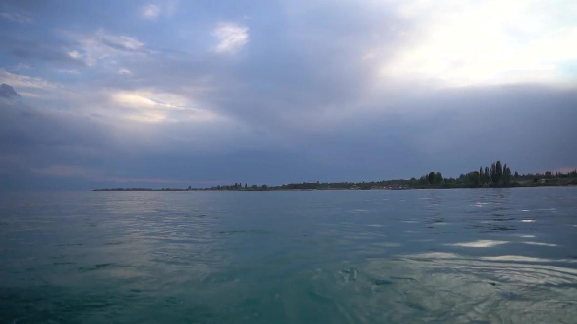 Море по колено. Казахстанский пловец первым в мире переплыл озеро Иссык-Куль