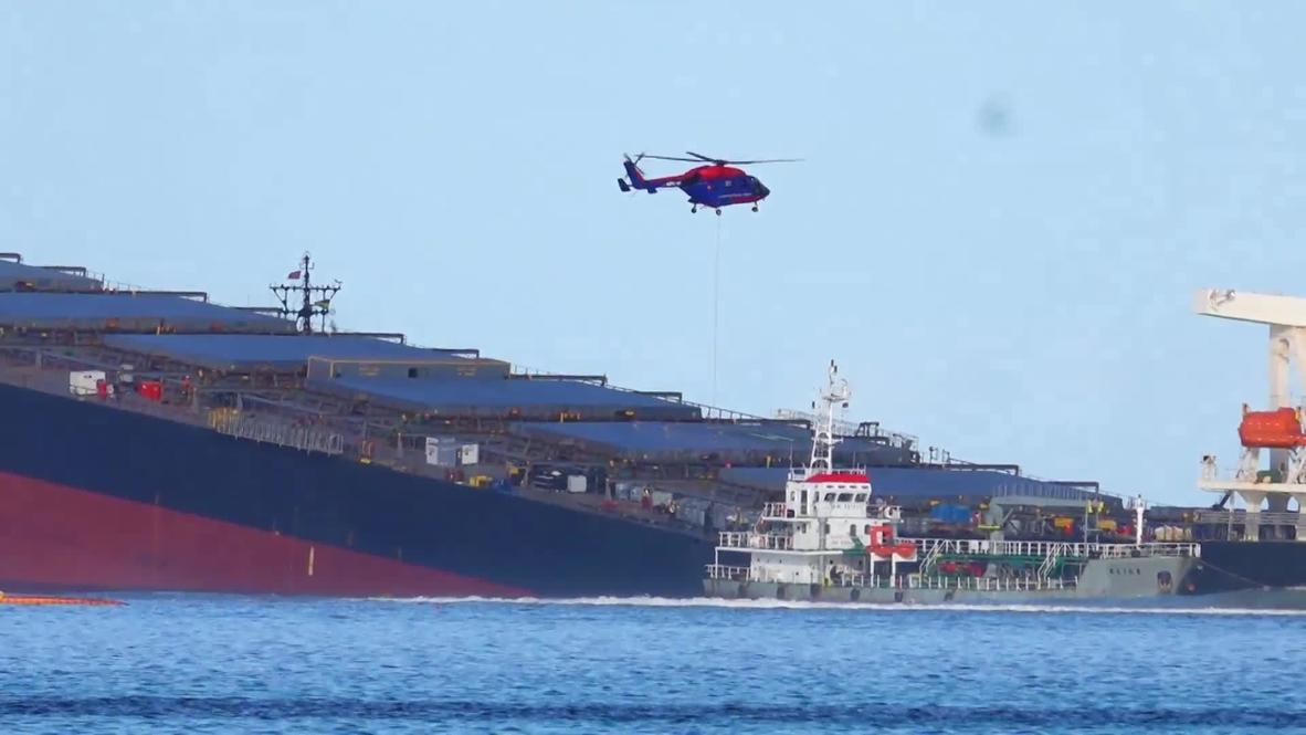 موريشيوس: فرق الطوارئ تحاول منع تسرب المزيد من النفط من سفينة الشحن المتضررة