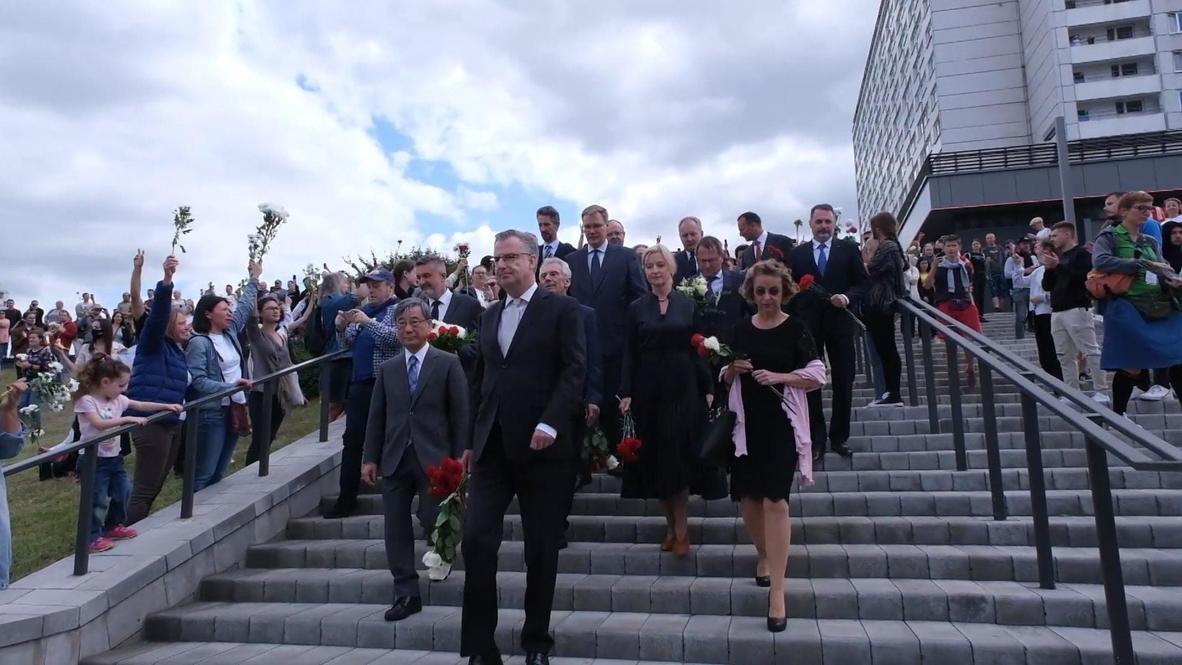Bielorrusia: Embajadores extranjeros rinden homenaje a manifestante muerto en protesta de Minsk
