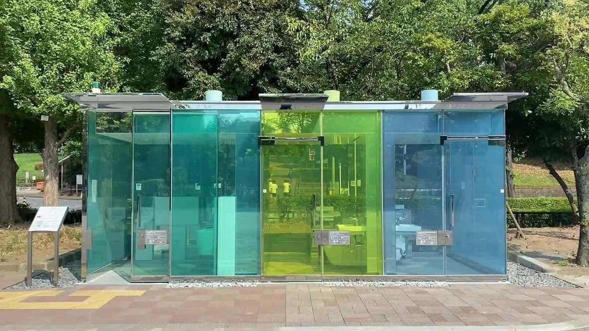 Instalan baños de cristales transparentes que se vuelven opacos al cerrar el pestillo en Tokio