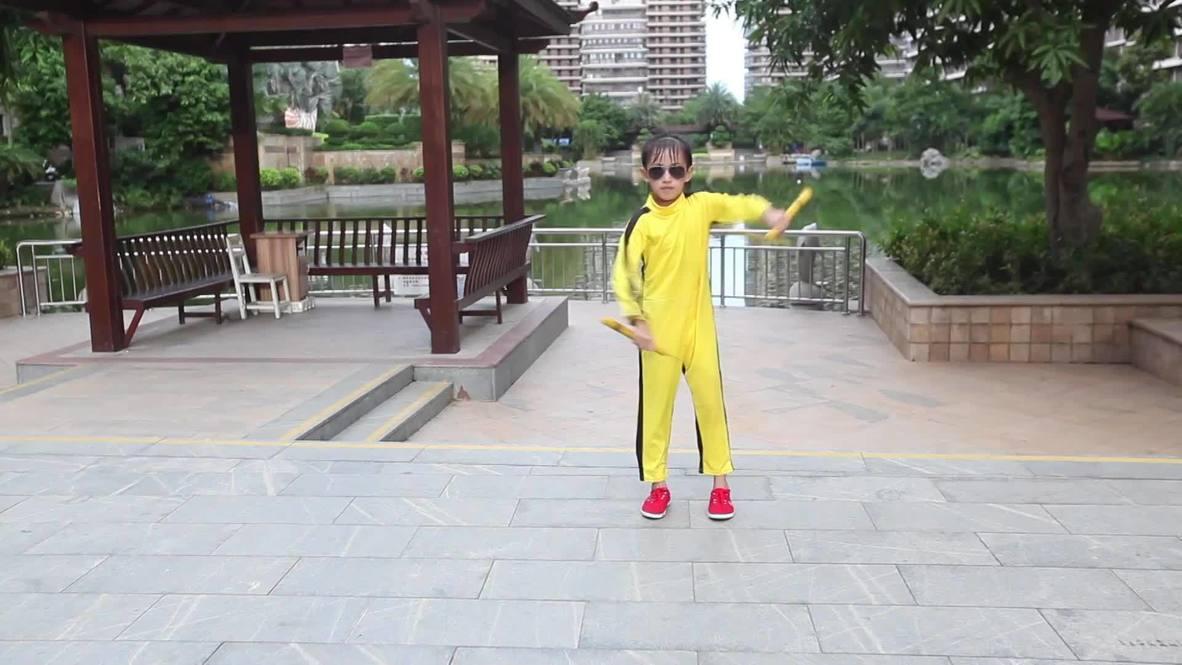 China: Niña de siete años deslumbra con sus habilidades con el nunchaku