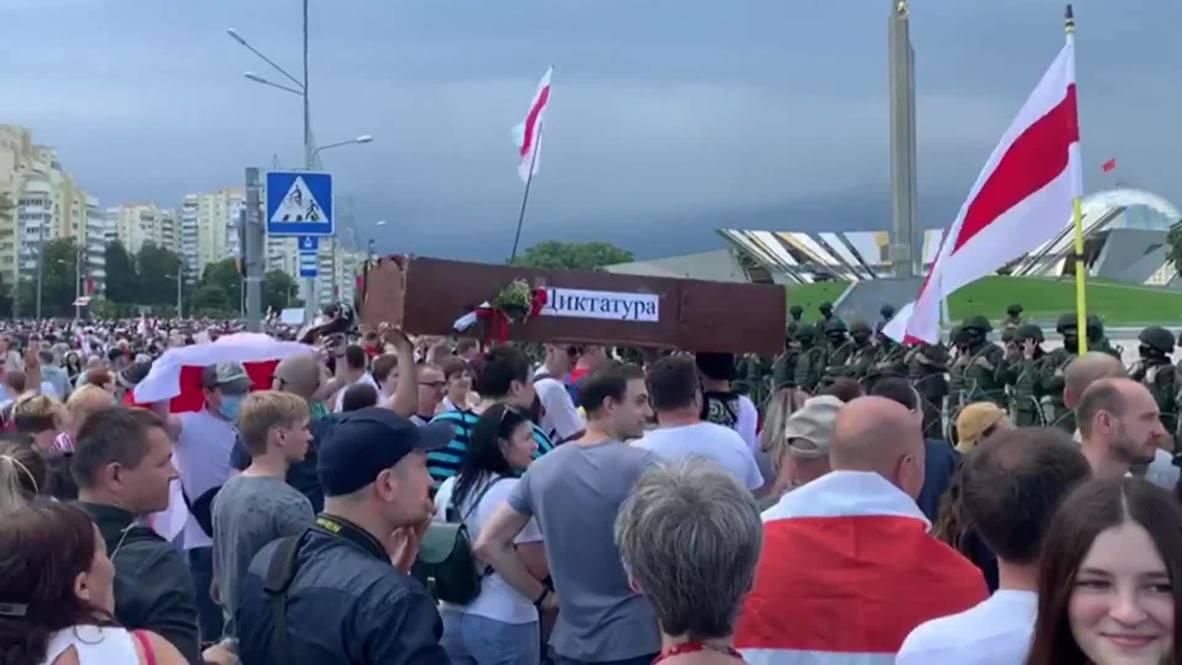 Bielorrusia: Miles de opositores protestan frente a la residencia del presidente Lukashenko en Minsk