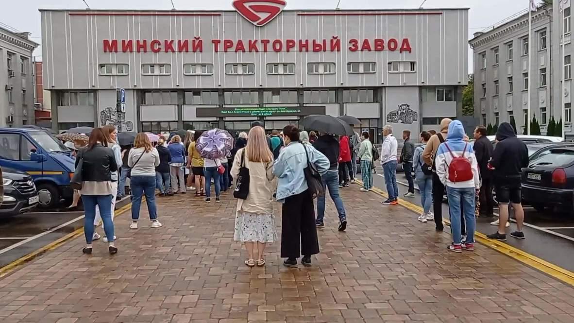 Белоруссия: Акция солидарности с рабочими МТЗ проходит у проходной завода