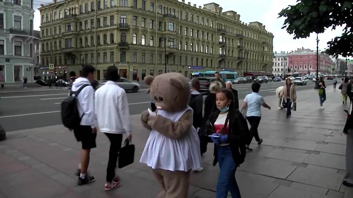 В Петербурге 11-летний мальчик в костюме медведя раздает листовки, чтобы спасти своего восьмимесячного брата