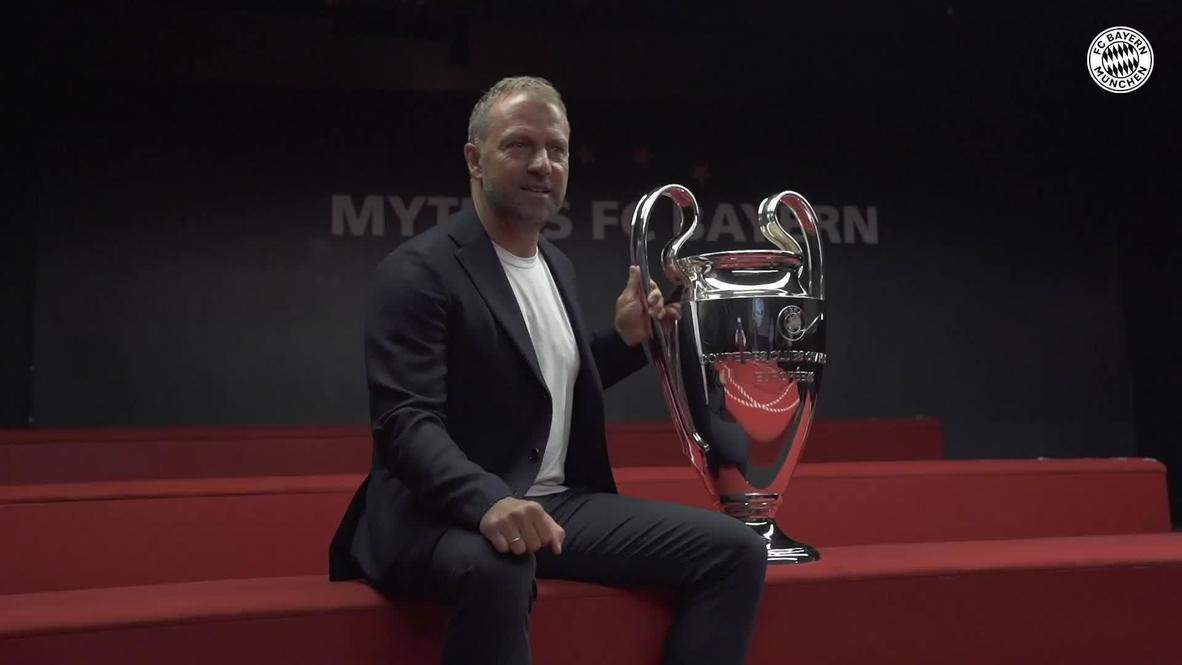 """Alemania: """"Hansi"""" Flick presenta a la prensa los trofeos del Bayern de Múnich tras un triplete histórico"""