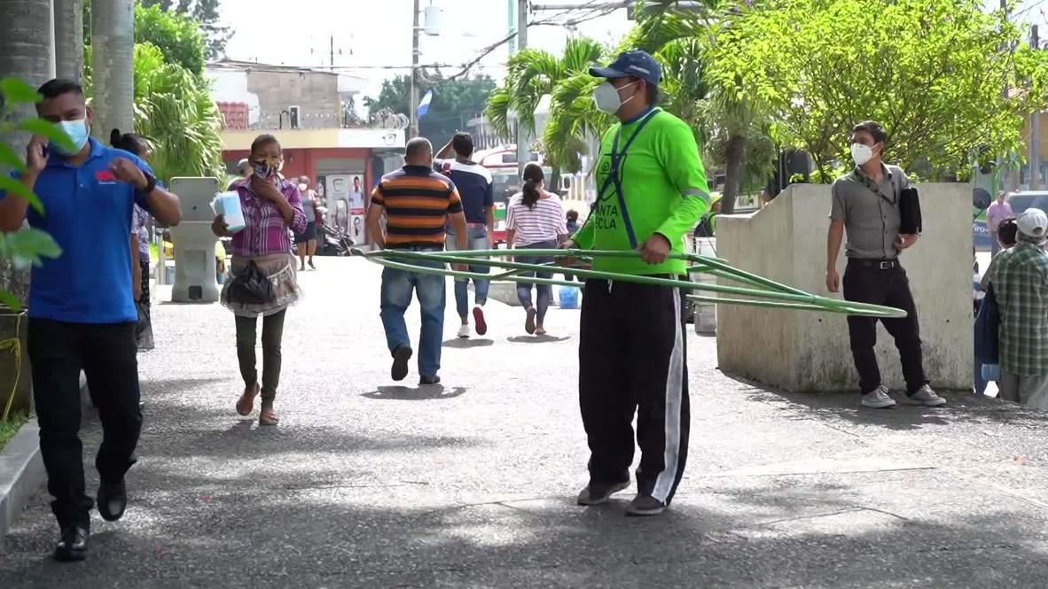 Municipio salvadoreño promueve el distanciamiento social con 'hula hoops'