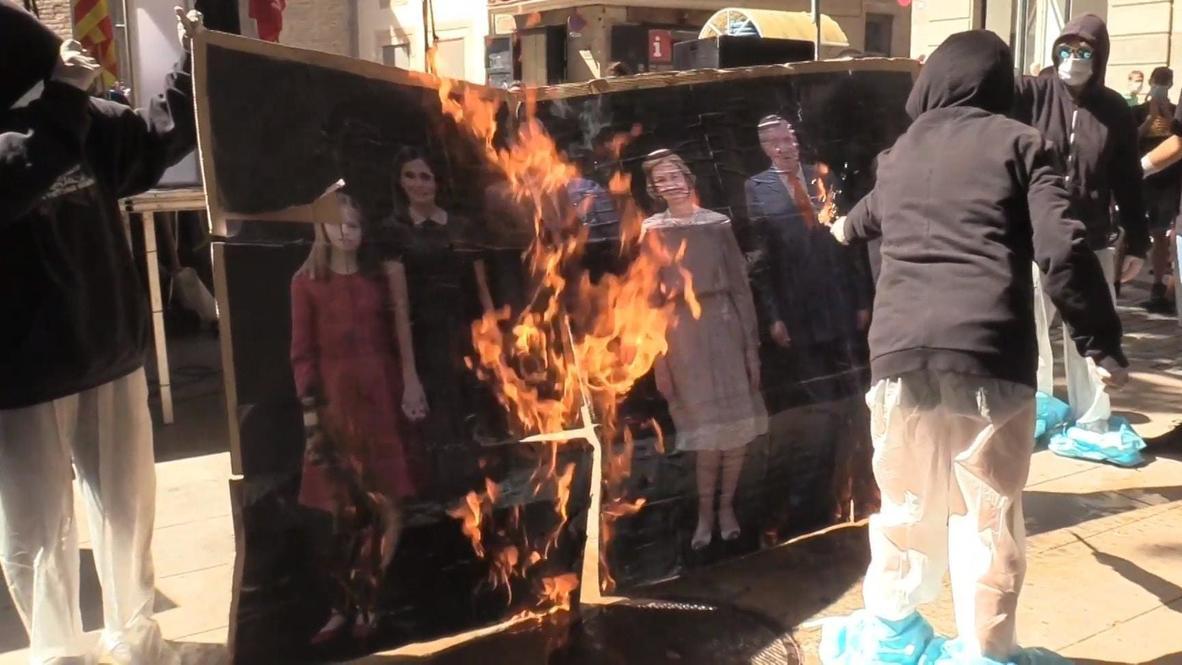 España: Manifestantes encapuchados queman un retrato de la Familia Real en el Día de Cataluña