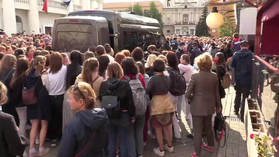 Bielorrusia: Disturbios en la 'Marcha de las Mujeres' en la que manifestantes bloquearon vehículos policiales