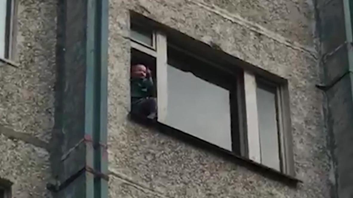 Россия: Пенсионер угрожал выкинуть двухлетнего внука из окна многоэтажного дома в Сургуте
