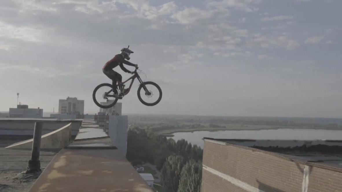 Un estudiante de los Urales salta de tejado en tejado con su bicicleta
