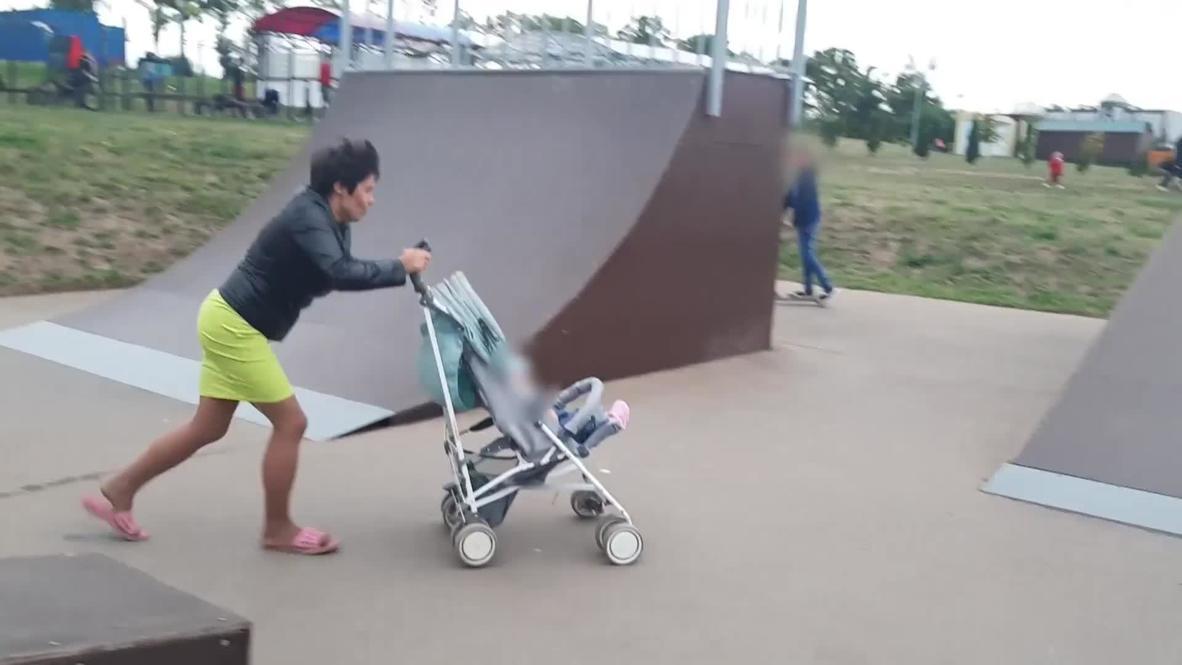 Rusia: Investigan a una madre que dejó caer a un bebé de un cochecito en un 'skatepark'