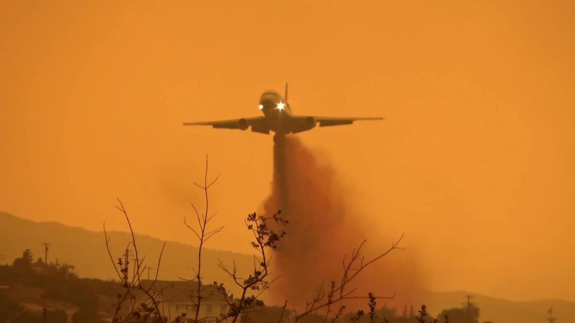 EE.UU.: Varios aviones lanzan retardante de fuego para combatir incendio Bobcat cerca de Los Ángeles