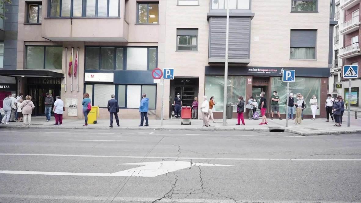 España: Pacientes hacen fila en los centros de salud de Madrid mientras aumentan casos de covid-19