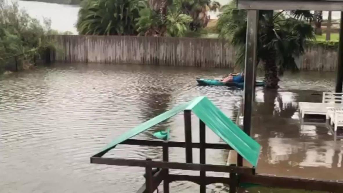 EE.UU.: Hombre se pasea en kayak por un patio trasero inundado por la tormenta tropical Beta en Texas