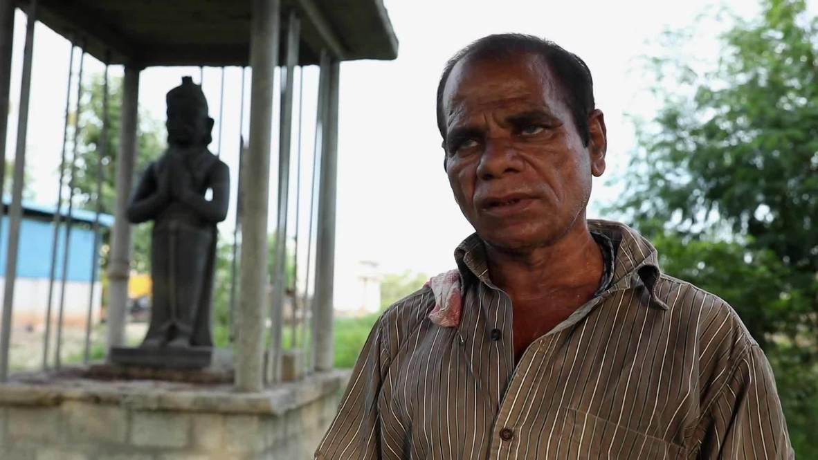 India: Recolector de botellas levanta una estatua de si mismo para honrar la historia de su vida