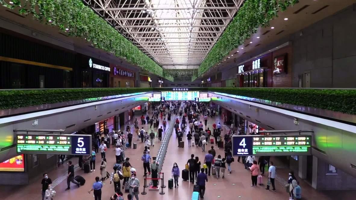 """الصين: الآلاف يتوافدون إلى محطة سكة حديد غرب بكين قبيل بدء عطلة """"الأسبوع الذهبي"""""""