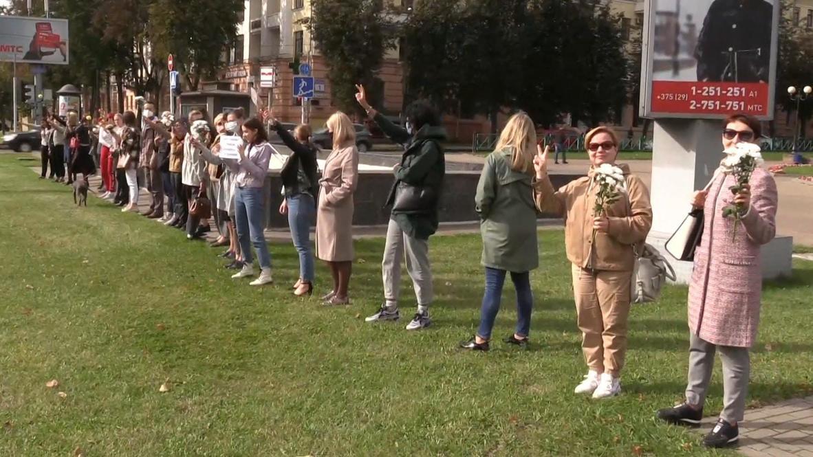Белоруссия: Жительницы Минска выстроились с цветами в цепи солидарности