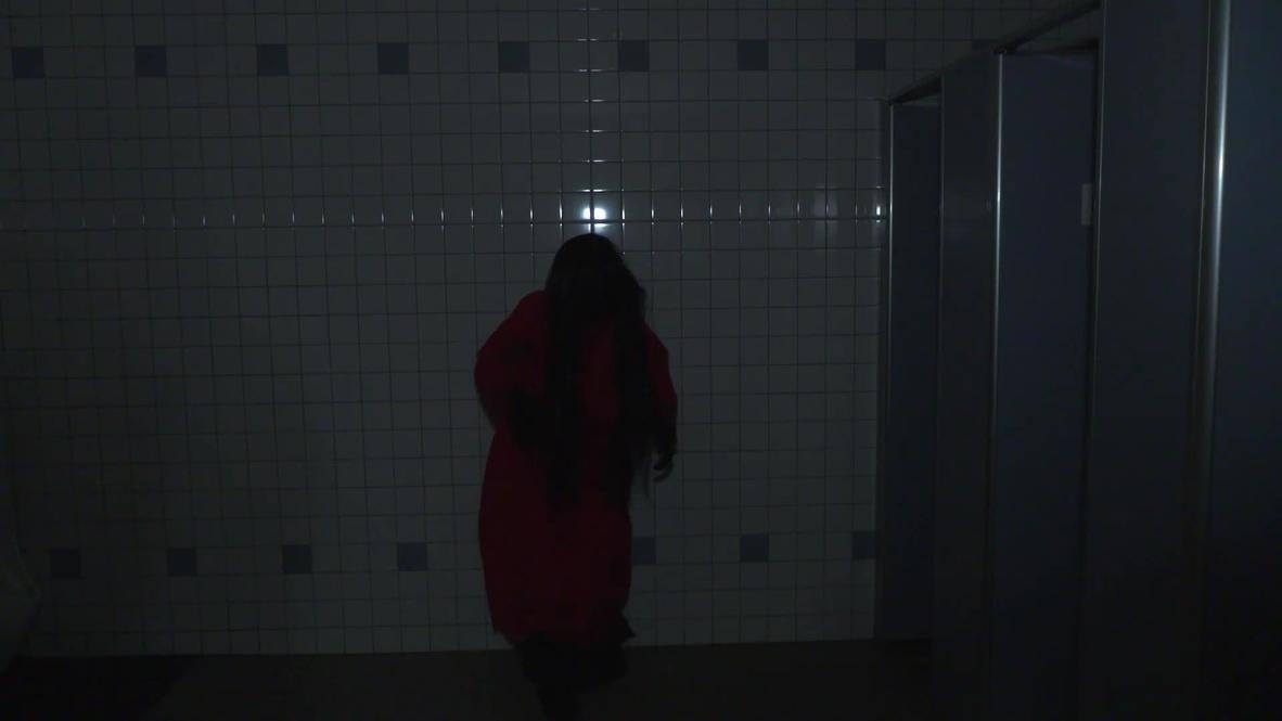 Parque temático japonés asusta a sus visitantes y guarda la distancia social en su 'baño embrujado'