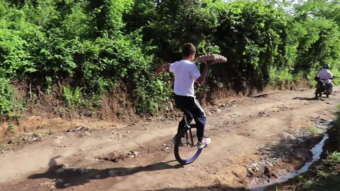 El Salvador: Conozca a Carlos, el niño que reparte huevos sobre un monociclo como un acróbata