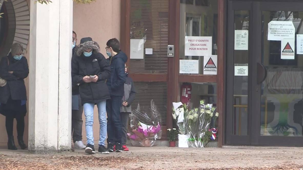 Francia: Familias llevan flores a la escuela a las afueras de París donde asesinaron a un profesor