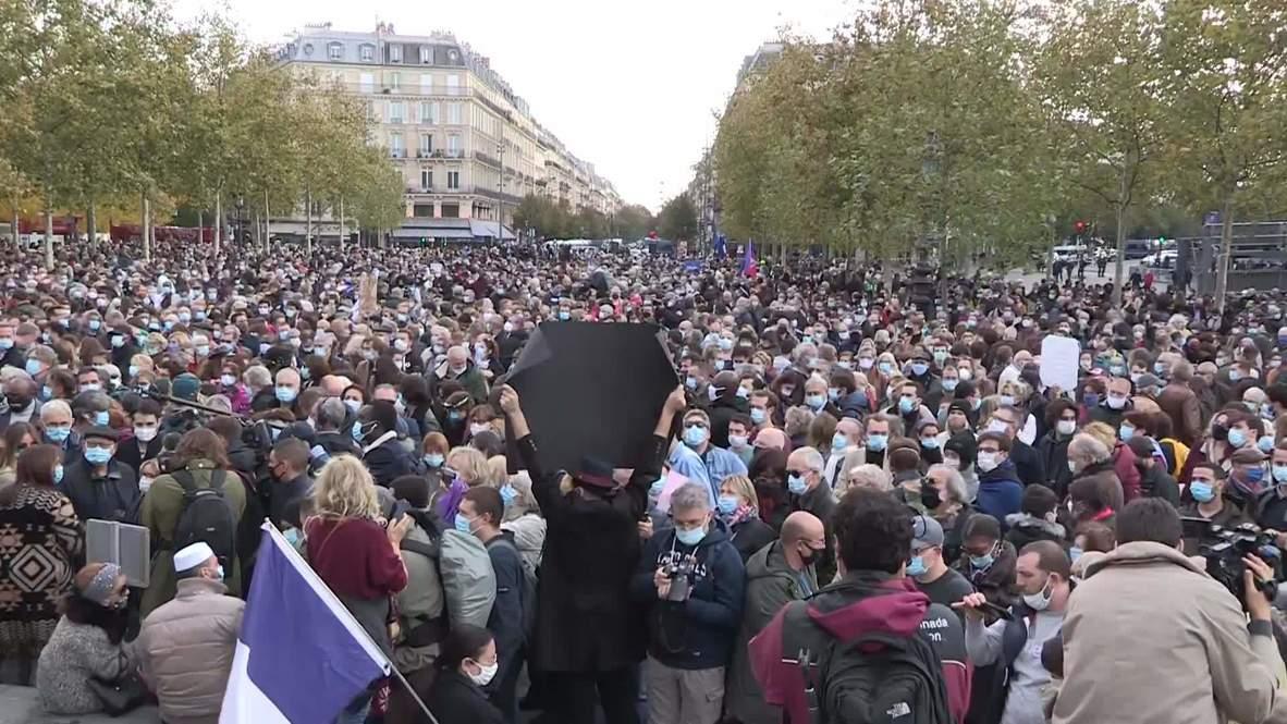 """فرنسا: أحد الأئمة يقول إن """"العلمانية هي الحل"""" بينما الباريسيون يعزون في المعلم مقطوع الرأس"""