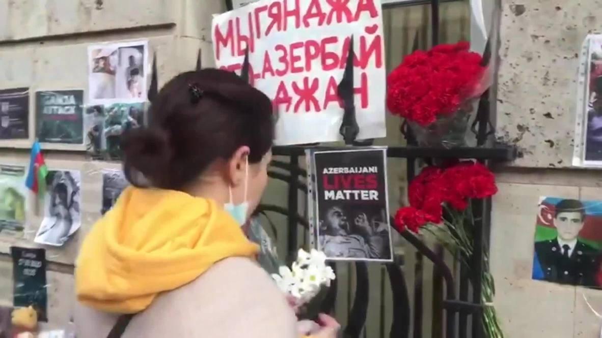 Россия: В Москве люди несут цветы к посольствам Армении и Азербайджана