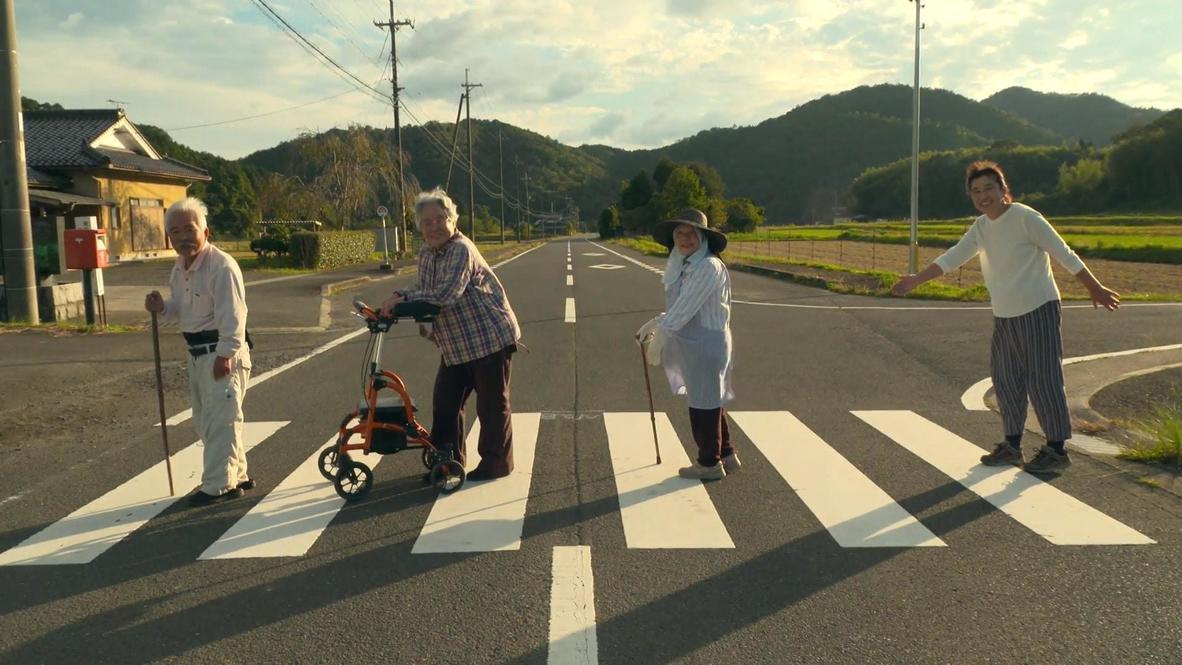 Grupo de ancianos japoneses se hace viral con una recreación rural de la icónica Abbey Road de los Beatles