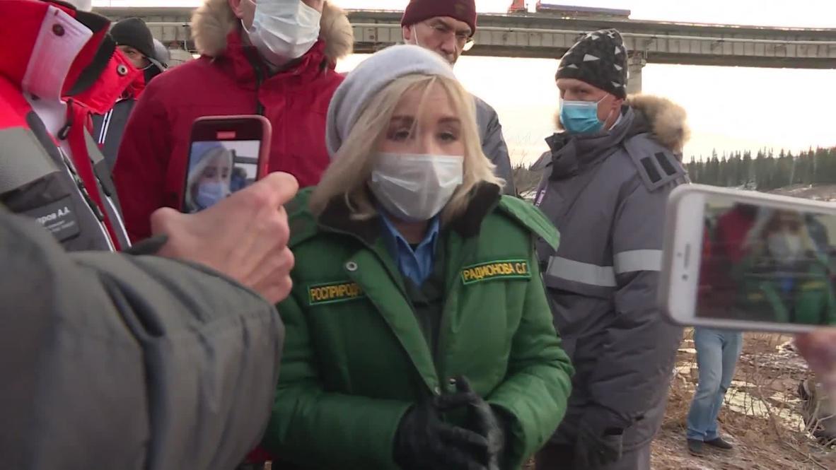 Россия: Глава Росприроднадзора и губернатор НАО осмотрели место нефтеразлива на реке Колве