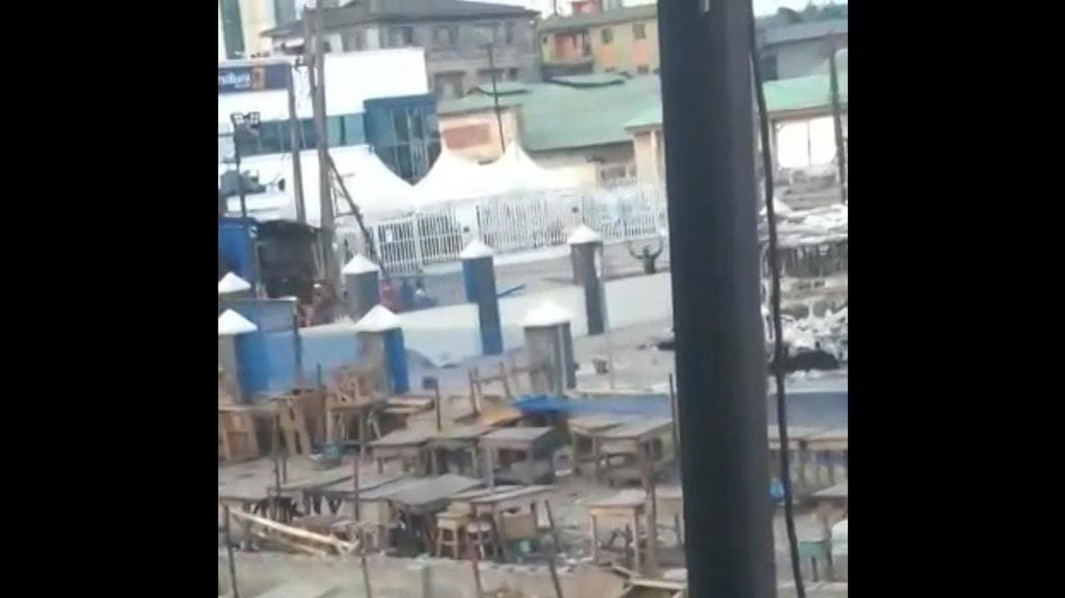 نيجيريا: هروب أشخاص رافعين أيديهم وسط أنباء عن إطلاق نار خارج محطة حافلات لاغوس المحترقة