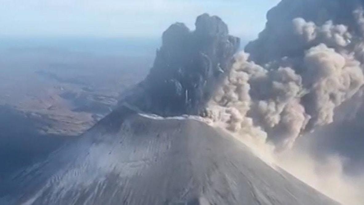 Rusia: El volcán Karymsky arroja una columna de ceniza de cinco kilómetros