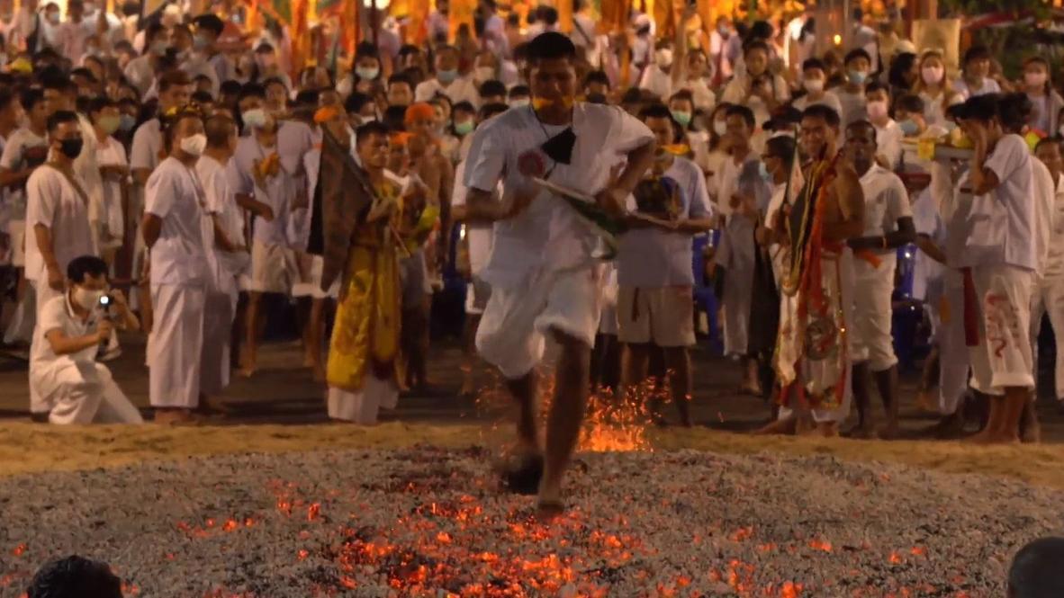 Tailandia: Devotos corren sobre cenizas de carbón incandescente en el Festival Vegetariano de Phuket