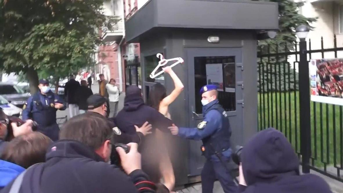 Украина: Активистка Femen разделась у посольства Польши в Киеве *18+*