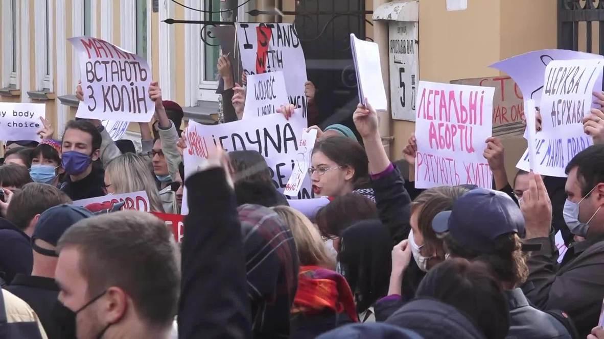Украина: Сторонники и противники запрета абортов провели митинг у здания посольства Польши в Киеве