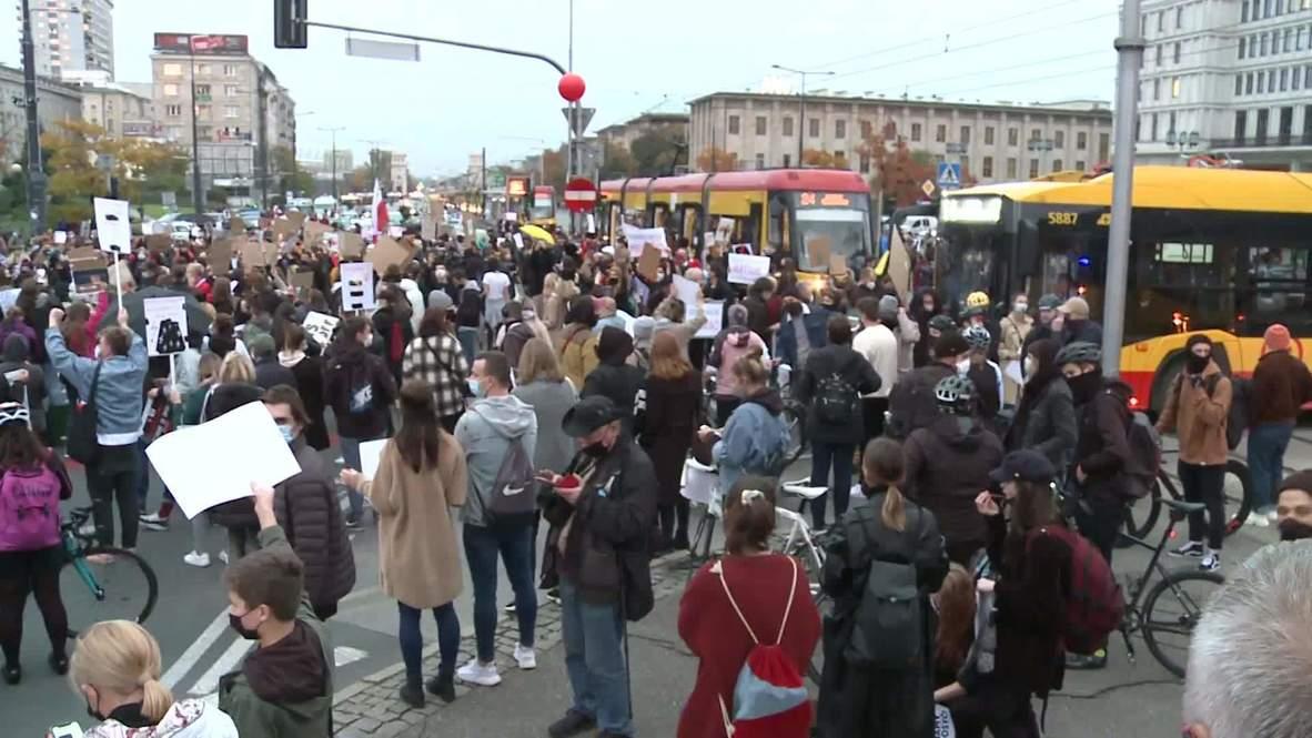 Polonia: Manifestantes bloquean el tráfico en Varsovia en una protesta contra la prohibición casi total del aborto