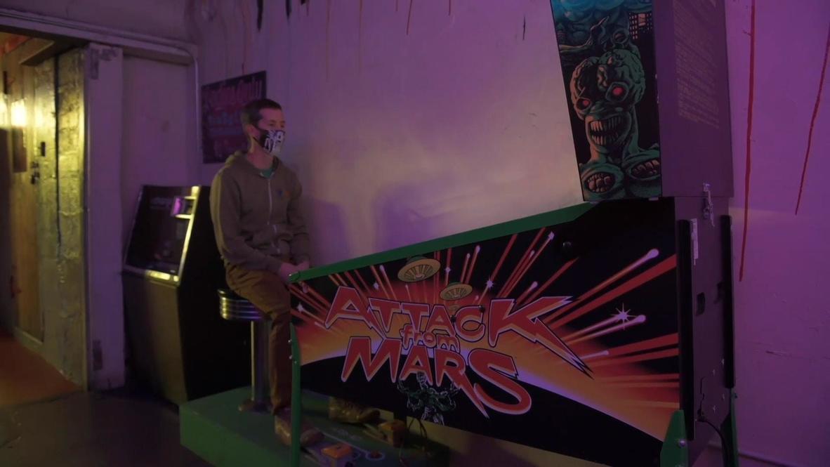 متجر تسلية في سياتل يبتكر لعبة كرة ودبابيس دون لمس لتتناسب مع تدابير الوقاية من فيروس كورونا