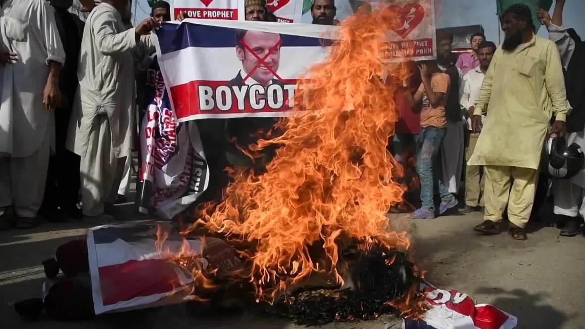 باكستان: متظاهرون يطالبون بمقاطعة فرنسا ويحرقون دمية ماكرون بعد تصريحاته المسيئة للإسلام