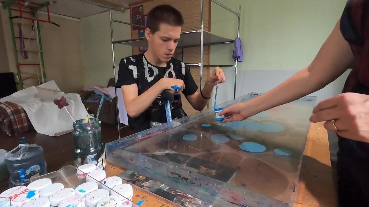 Шелковых дел мастер. Подросток с ДЦП из Санкт-Петербурга расписывает платки, чтобы купить экзоскелет