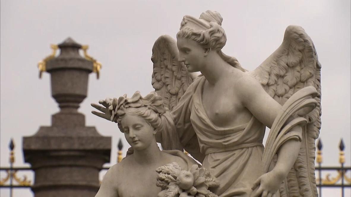 Россия: Мраморные скульптуры Летнего сада в Петербурге готовят к наступлению зимних холодов