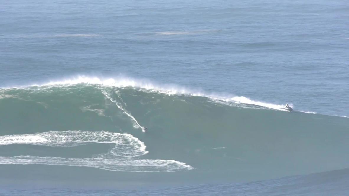 Portugal: Surfistas cabalgan olas gigantes en Nazaré