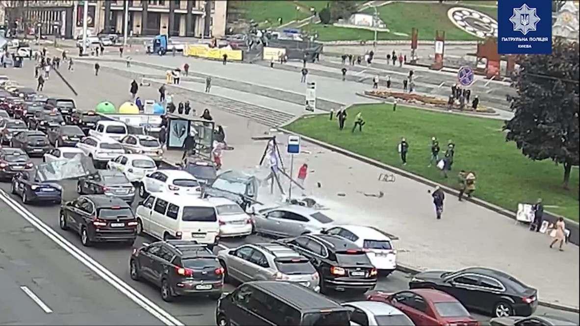 Украина: Джип въехал в толпу людей на Майдане Независимости в Киеве *18+*
