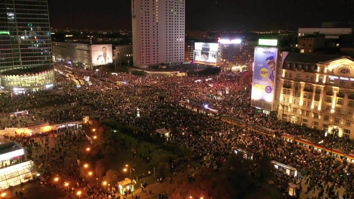 Polonia: Decenas de miles marchan en Varsovia contra la limitación del aborto impuesta por el Tribunal Constitucional