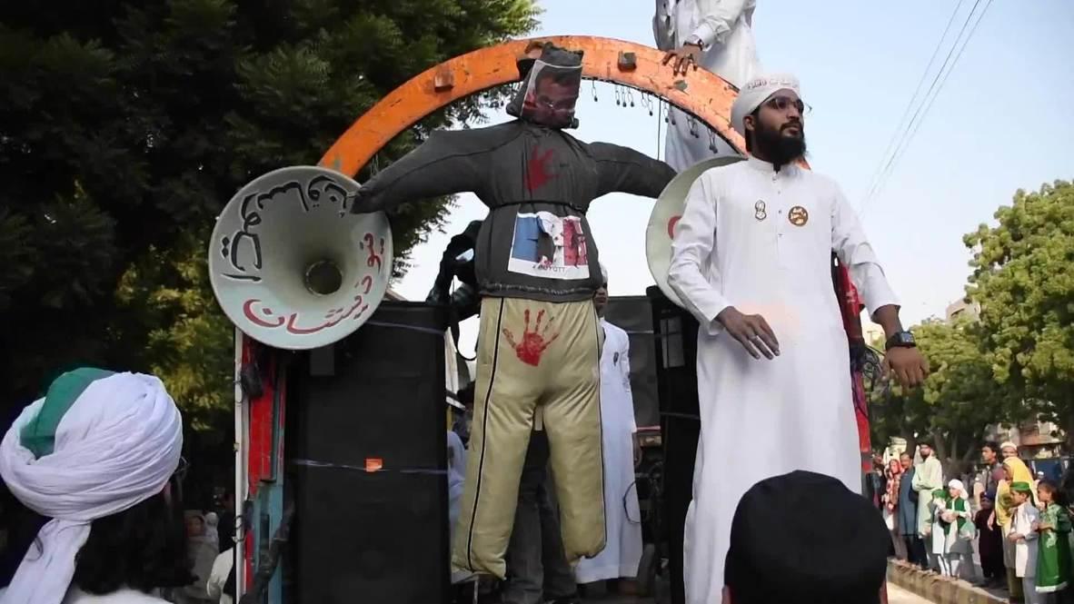 باكستان: متظاهرون يشنقون دمية تمثّل ماكرون في كراتشي