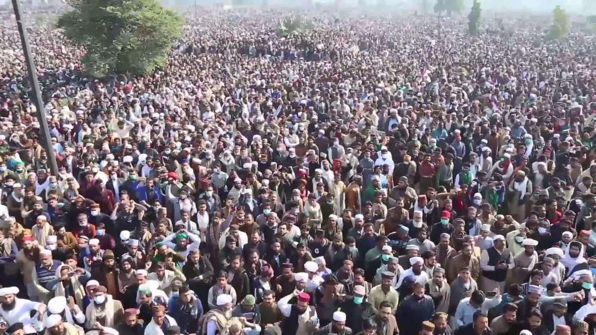 باكستان: حشود كبيرة تشيّّع رجل دين بارز في لاهور رغم استمرار تفشي جائحة كوفيد