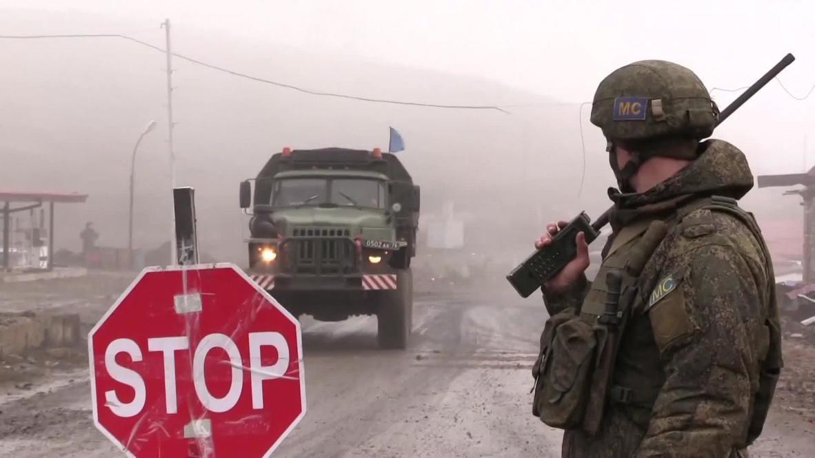Нагорный Карабах: Российские миротворцы досматривают автомобили на блокпосте в Шуши