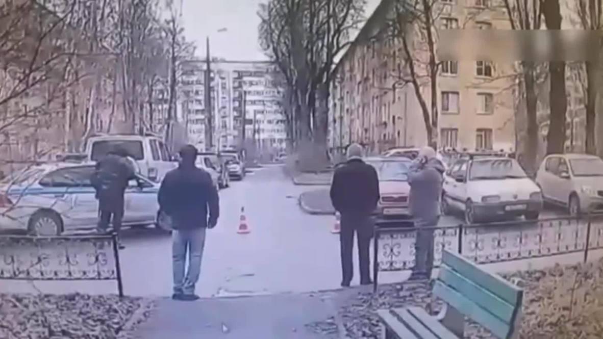 Россия: В Колпино мужчина в квартире захватил в заложники шестерых детей