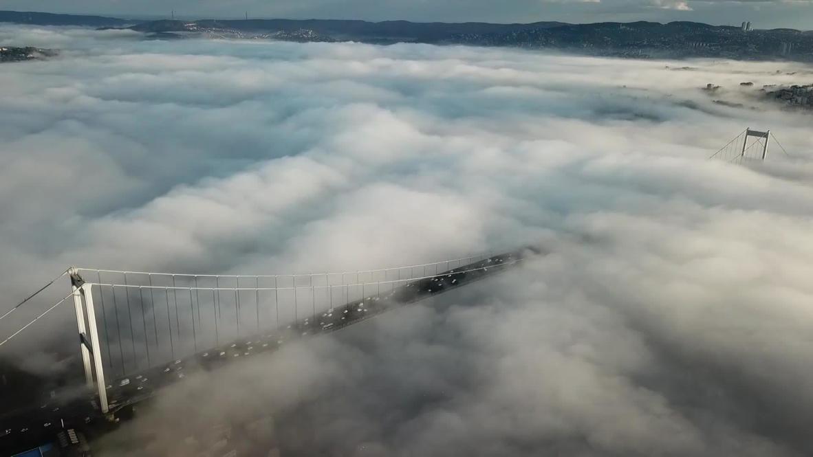 تركيا: عدسة طائرة مسيرة تلتقط مشهد ضباب كثيف يغطي جسر البوسفور في إسطنبول